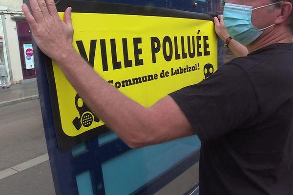 21 septembre 2020 : un des membres du collectif des victimes de l'incendie de l'usine Lubrizol pose une affiche dans une rue de Rouen