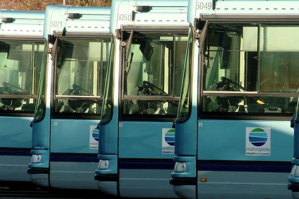 Bus de Rouen à l'arrêt, alignés au dépôt de la TCAR