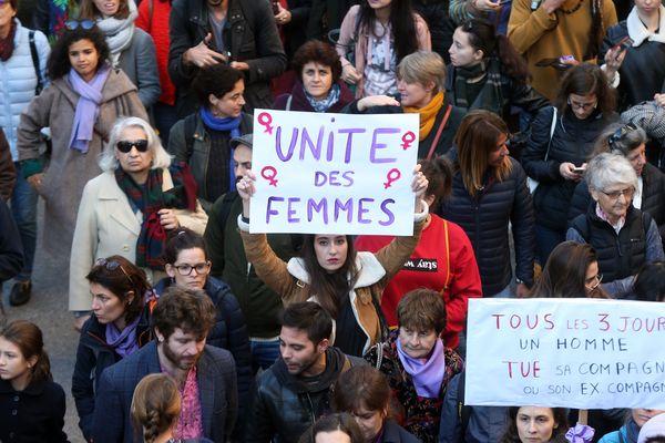 """(Archives) 24 Novembre 2018. Grande marche, dans les rues de Marseille contre les violences faites aux femmes avec en tête de cortège le message """"Stop aux violences faites aux femmes""""."""