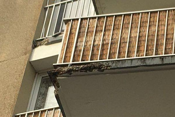 Dans cet immeuble de Sotteville-les-Rouen (76), plusieurs morceaux de béton sont tombés des balcons.