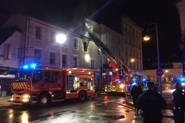 Les sapeurs-pompiers ont déployé d'importants moyens : 6 véhicules et 2 échelles.