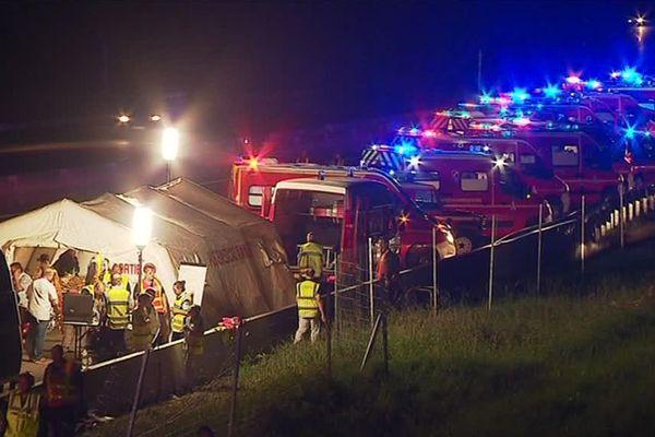 Un car de supporters de rugby qui revenaient de la demi-finale de Top 14 Castres-Racing 92 s'est couché sur l'autoroute A7 dans la Drôme, faisant trois morts et huit blessés graves. La majorité des personnes accidentées ou victimes est originaire de Beaucaire, dans le Gard - 27 mai 2018