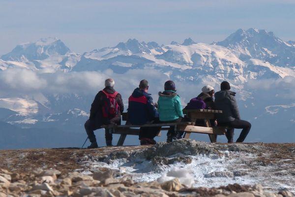 Le manque de neige naturelle se voit à la station des Monts du Jura, mais la saison est tout de même lancée à Lélex ce 21 février 2020