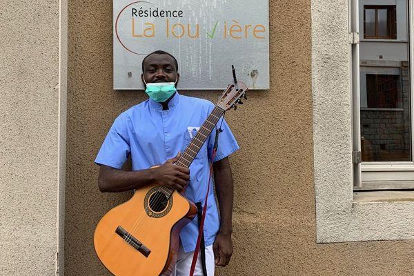 Ronaldo Mbumba chante et joue de la guitare pour les résidents de l'Ehpad de La Louvière, à Aurillac, dans le Cantal.