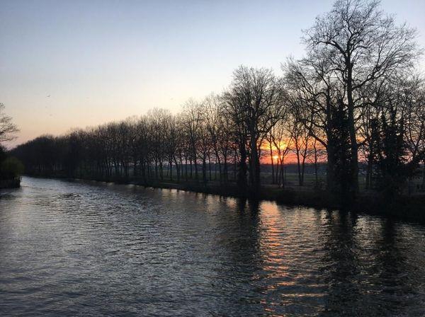 Le fleuve comme allégorie du temps qui poursuit son cours inéluctablement. Ici, l'Orne à Caen qui se jette à une dizaine de kilomètres dans la Manche.