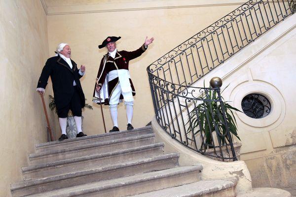"""Montpellier, le 12 novembre 2015. Visite guidée et théâtralisée proposée par l'office du tourisme de Montpellier et jouée par la troupe """"les baladins de l'histoire"""" avec Jean-Jacques Cambacérès (d) et le marquis d'Aigrefeuille (g)."""