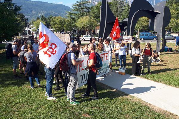 Une cinquantaine d'étudiants ont manifesté à Grenoble, demandant à rencontrer la ministre Frédérique Vidal.
