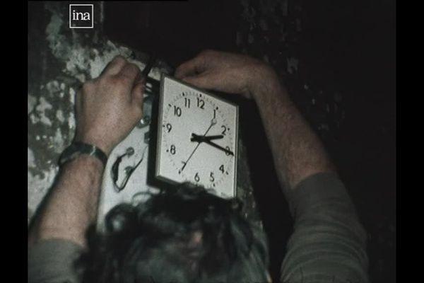 Réglage d'une horloge électrique à Nancy (Meurthe-et-Moselle) en 1981 (Archive France 3 Lorraine - INA)