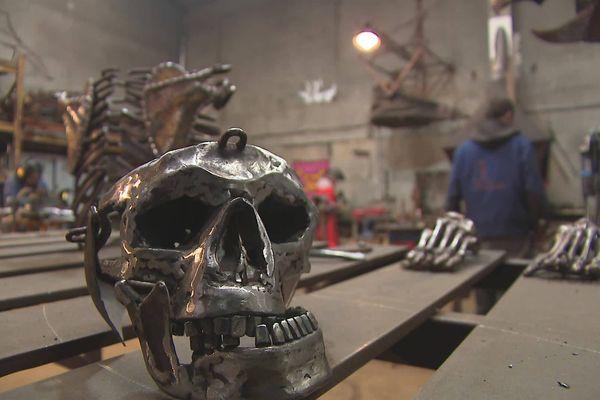 Le squelette en métal, créé par Zo Prod, reproduit au plus près les gestes d'un vrai corps humain.