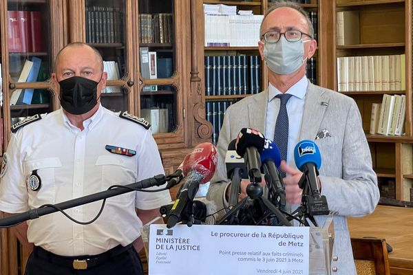 Christian Mercuri (à droite), le procureur de la République de Metz et le commissaire divisionnaire Michel Klein, directeur départemental de la sécurité publique lors de la conférence de presse du 04 juin 2021.