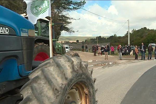 Les viticulteurs et leurs tracteurs rejoignent les riverains lors de la manifestation.