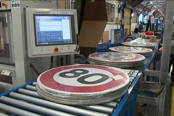 A Bellefontaine, dans le Jura, l''entreprise Signaux-Girod fabrique 350 000 panneaux par an