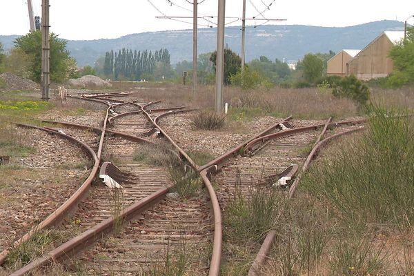 La voie ferrée installée du temps d'Arcelor-Mittal toujours en place à Laudun-l'Ardoise
