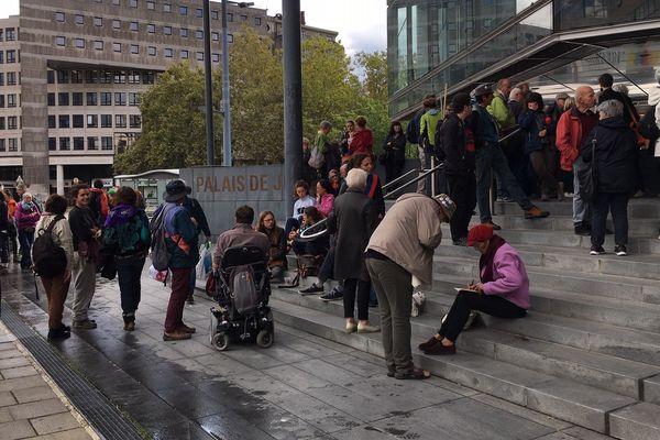 Une petite centaine de militants s'est rassemblée ce mercredi devant le Palais de justice de Grenoble (Isère).