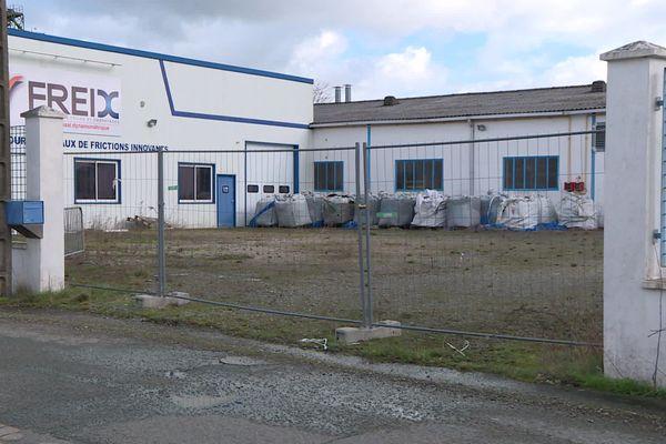 80 tonnes de déchets, dont certain possiblement amiantés, laissés à l'air libre sur le site de l'usine Freix. 25 février 2020