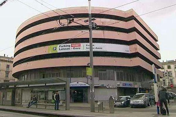 C'était son surnom avant la démolition. Le rez-de-chaussée accueillait les étalages, et les étages les voitures. A Montpellier, le 28 février 2016.