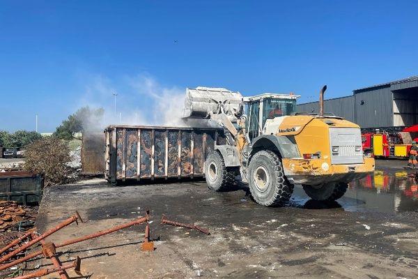 Pour éteindre les flammes, la benne a été remplie de ciment