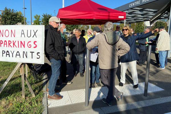 Quelques heures après la fin de la gratuité des parkings du centre hospitalier du Mans, une trentaine de personne ont manifesté contre la mesure.