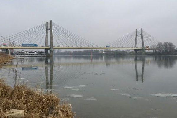 Le pont de Bourgogne a été construit entre 1990 et 1992 sur la Saône, il permet d'ajouter un troisième point de traversée en direction de la plaine de la Bresse depuis Chalon-sur-Sâone