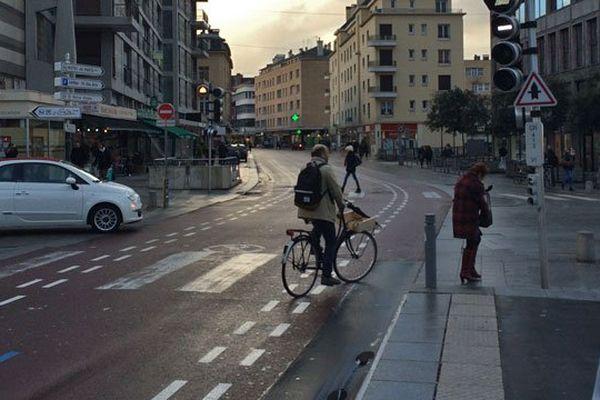 14 janvier 2016 : conséquence du mouvement social des chauffeurs des bus TEOR : le retour des vélos sur les voies réservées aux bus...