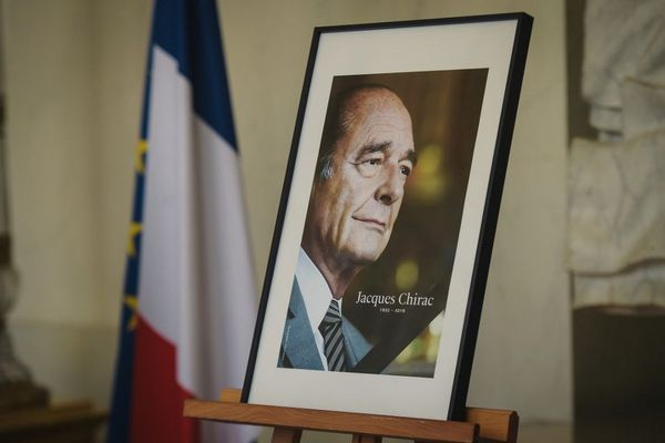 Le portrait de Jacques Chirac aux Invalides lors de l'hommage populaire.