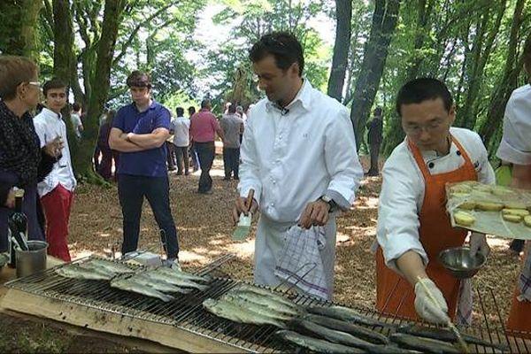L'arbre à cuire est un chêne du Morvan vieux de 150 ans, qui a été transformé en barbecue, sur le Mont Beuvray, en Saône-et-Loire.