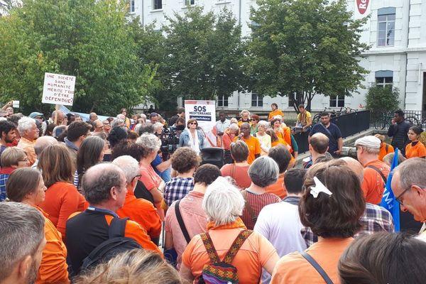 Les manifestants étaient appelés à porter un T-shirt orange, de la même couleur que les gilets de sauvetage.