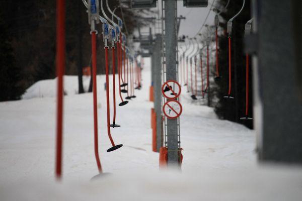 Un téléski de la station de Val Cenis (Savoie), dans les Alpes, à  l'arrêt comme toutes les remontées mécaniques de tout le pays, en raison de la crise sanitaire.