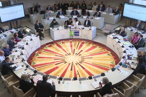 Les 50 conseillers départementaux du Calvados réunis en session