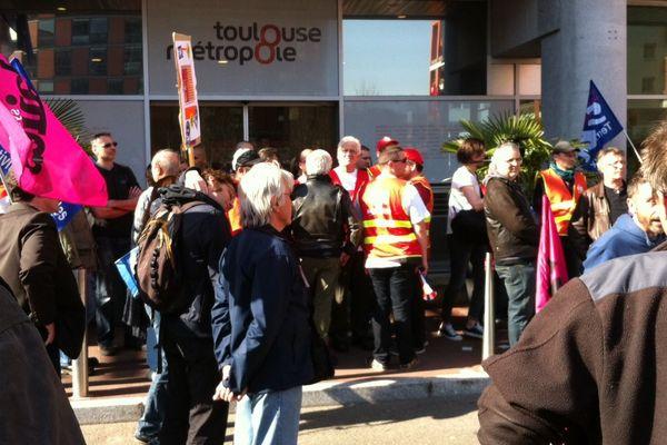Les syndicats réunis devant Toulouse Métropole.