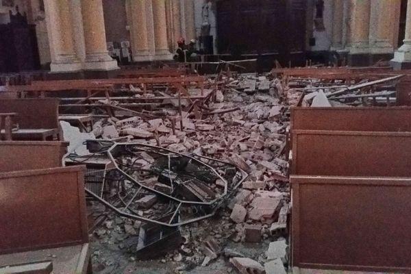 Gravats jonchant le sol de l'église du centre du Teil