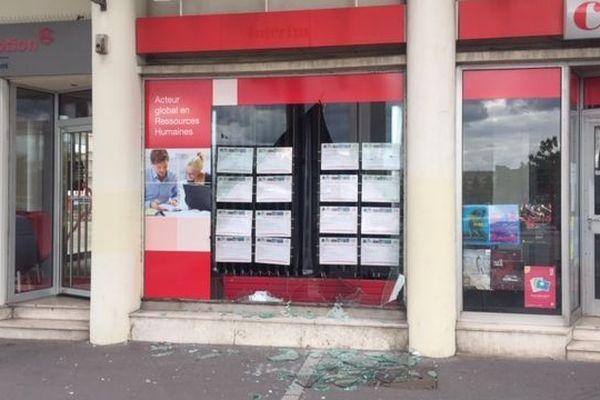 Vitrine de Crit Interim brisée, quai de la Bourse, à Rouen