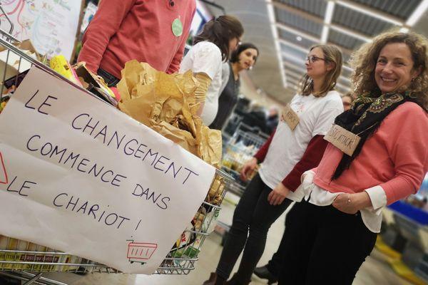 """Le collectif """"Ensemble pour le climat"""" a mené une opération de sensibilisation auprès des clients de ce supermarché."""