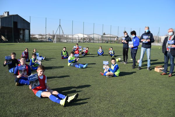 Les jeunes du FC Loudun ont reçu leur album Panini