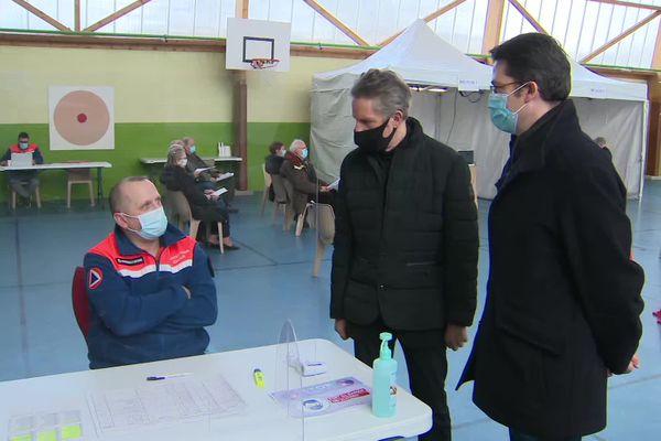 Le maire de Beaune, Alain Suguenot, au centre de vaccination installé dans sa commune, le 1er février 2021.