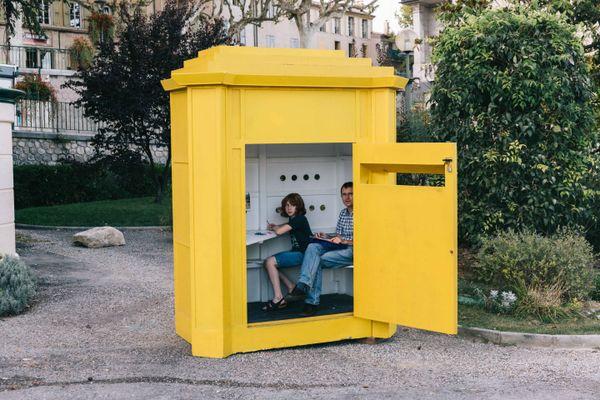 « Boîte aux lettre géante » est l'une des écritoires conçues par le plasticien et scénographe Jean Lautrey pour les Correspondances de Manosque.