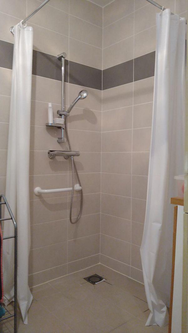 C'était essentiel d'adapter le logement aux seniors précise le chef des travaux, notamment les pièces, comme la salle-de-bains, qui ont été équipés en pensant aux risques de chute.