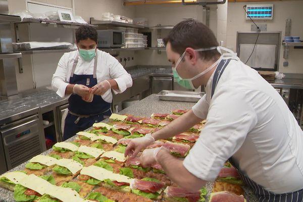Le chef étoilé Mauro Colagreco et son sous-chef Donato Russo préparent 50 repas pour le personnel de l'hôpital La Palmosa de Menton (Alpes-Maritimes).