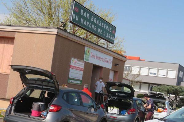 Avec l'épidémie de COVID-19, le Drive fermier de Côte-d'Or, installé rue Léon Delessard, à Dijon, a vu le nombre de clients monter en flèche.