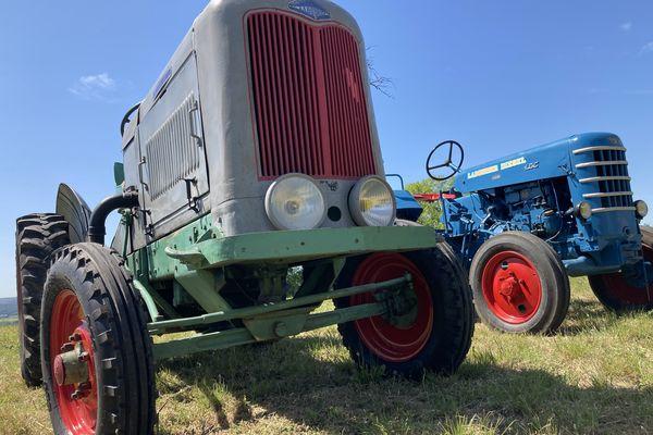 En premier plan un tracteur Labourier de 1947