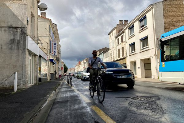Rue du 24 février à Niort où une piste cyclable a été expérimentée à partir de mai 2020. Le collectif de cyclistes milite pour son maintien et surtout, son aménagement.