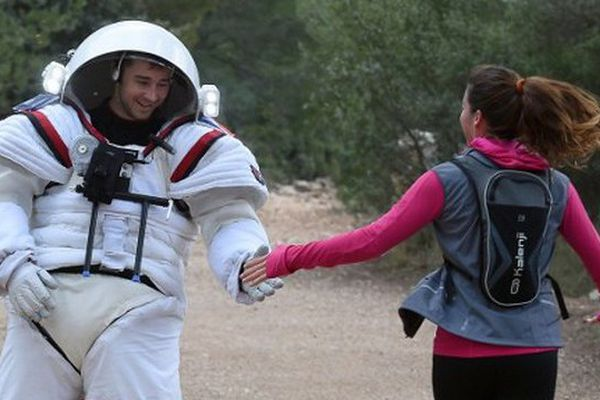 Quand les joggeurs croisent un astronaute dans les calanques...