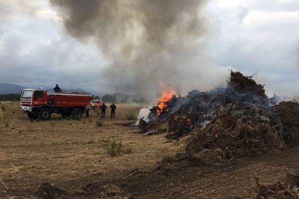 Des sapeurs-pompiers ardéchois, en renfort en Corse pour lutter contre les incendies. Ici un feu de bois et végétaux à Aléria.