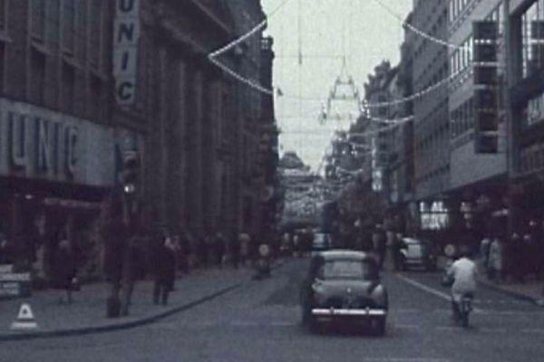 L'entrée de la rue Serpenoise à Metz (Moselle), dans les années 60, de côté de la place de la République.