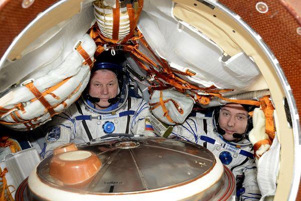 Selfie de Thomas Pesquet installé dans la capsule Soyouz aux côtés d'Oleg Novitsky, le 31 mai 2017.