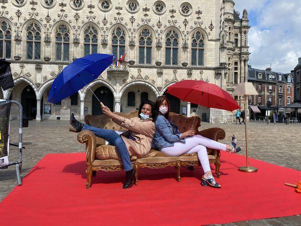 Les fans inconditionnels de la série ont posé sur le canapé installé à Arras.