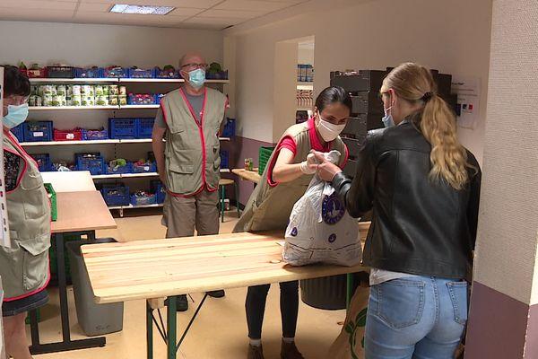 Distribution alimentaire à la Croix Rouge de Besançon, le nombre d'étudiants bénéficiaires en hausse depuis 2020.