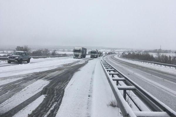 Malgré les messages d'alerte recommandant aux poids lourds de ne pas emprunter l'A.75 à cause de la neige, plusieurs routiers s'y sont engagés.