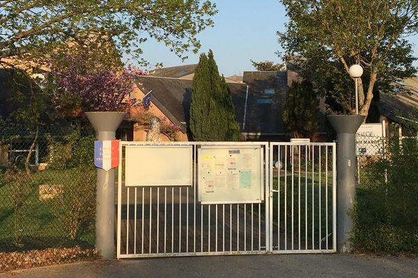 Pendant le confinement, le collège Clément Marot (14) est fermé. Mais le personnel maintient le lien avec les élèves.