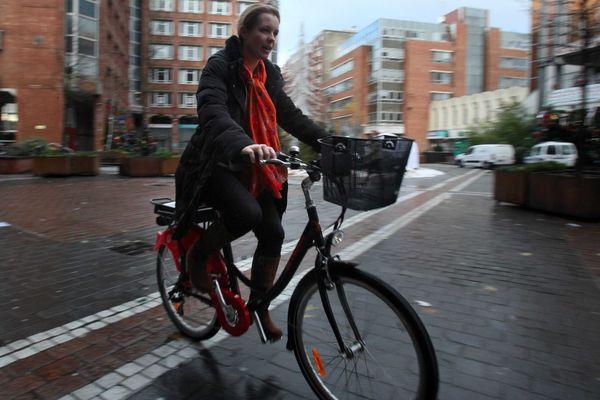 Une cycliste au guidon d'un Vélill' électrique à Villeneuve-d'Ascq.